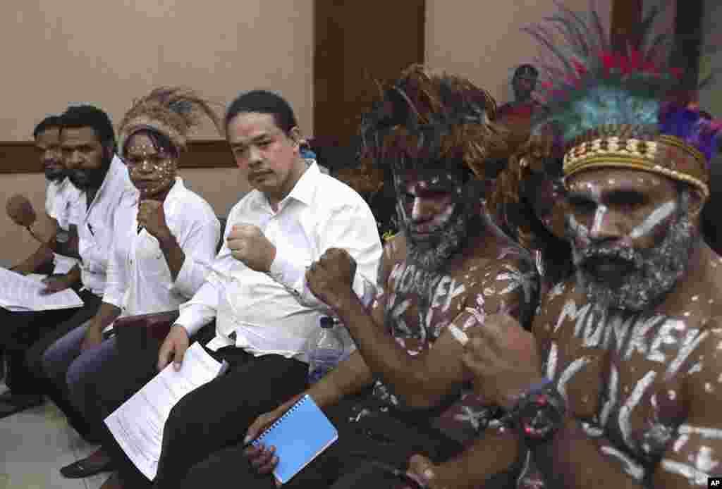 گروهی از فعالان استقلال طلب پاپوا پیش از ورود به دادگاه خود در جاکارتا اندونزی. این افراد تابستان گذشته در پی درخواست برای استقلال پاپوا غربی از اندونزی و اعتراضات خود به آنچه که نژادپرستی خواندند، به اتهام خیانت محکوم شده بودند.