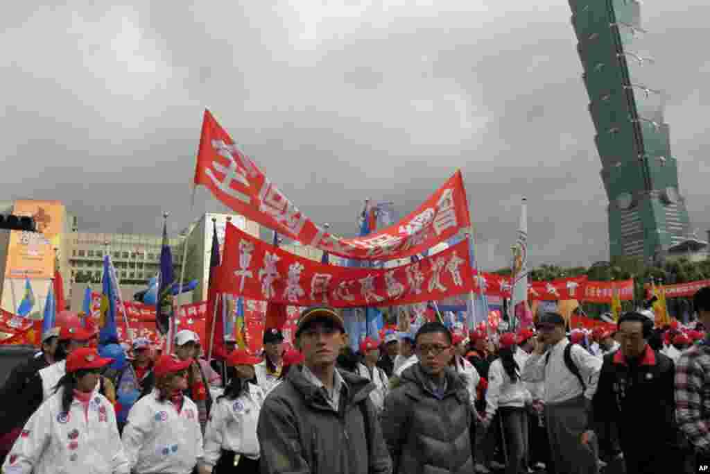 """国民党1月8号在台北举行""""为台湾赞出来""""大游行(美国之音赵婉成拍摄)"""