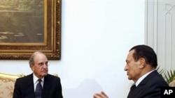 美国中东特使米切尔(左)星期日与埃及总统穆巴拉克(右)会谈