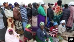 Des Zimbabwéens attendant de pouvoir voter mercredi