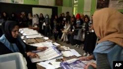 افغانستان میں انتخابات کے دوسرے روز ووٹوں کی گنتی کا عمل جاری ہے جبکہ مبصرین گنتی کے مرحلے کا جائزہ لے رہے ہیں۔