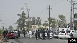 Petugas keamanan Afghanistan memeriksa lokasi ledakan di provinsi Helmand, hari Sabtu (27/8).
