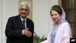 Tân Ngoại trưởng Ấn Độ Salman Khurshid (trái) chuẩn bị bắt tay với lãnh tụ đối lập Bangladesh Khaleda Zia tại New Delhi, ngày 30/10/2012