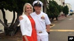 اد گَلِگِر» فرمانده گروه تکاوران نیروی دریایی به همراه همسرش بیرون دادگاه.