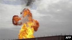 Lửa lớn bốc lên sau vụ nổ tại một trạm khí đốt ở El-Arish, bắc Bán đảo Sinai, Ai Cập, ngày 5 tháng 2, 2011
