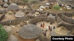 Tribu du nord de l'Ouganda à la frontière sud-soudanaise. (VOA/ Othin Jeremiah)