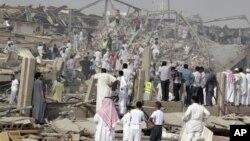 Warga berkerumun di sekitar lokasi meledaknya truk bermuatan bahan bakar di Riyadh, ibukota Saudi (1/11). Sedikitnya 22 orang tewas dan 100 orang lainnya cedera dalam insiden ini.