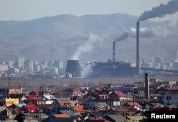 بھارت میں بجلی پیدا کرنے کے لیے زیادہ تر پاور پلانٹس میں کوئلہ جلایا جاتا ہے۔