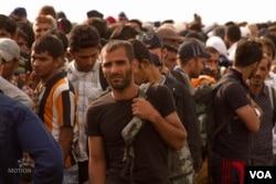 Migrants on the Hungarian-Serbian border. (Photo: H. Fahim/VOA)