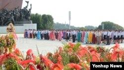 광복 69주년인 15일 북한 주민들이 평양 만수대 언덕에 세워진 김일성 주석과 김정일 위원장 동상을 참배하고 있다.