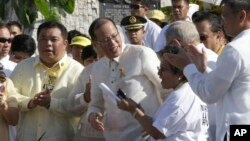 President Filipina, Benigno Aquino III (tengah), mendapat sambutan meriah dari anggota DPR setelah menandatangani UU Pengakuan dan Ganti Rugi terhadap Korban HAM (25/2). (AP/Bullit Marquez)