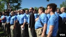 支持同性婚姻的人士在聯邦最高法院前同唱國歌(美國之音 亞微2015年拍攝)