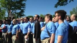 支持同性婚姻的人士在法院前同唱国歌(美国之音亚微拍摄)
