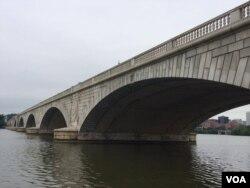 The Memorial Bridge over the Potomac river, looking West to the Arlington cemetery, Aug. 9, 2016. (E. Sarai/VOA)
