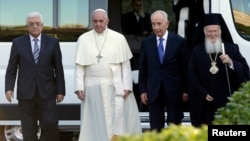 (L-R) Palestinian President Mahmoud Abbas, Pope Francis, Israeli President Shimon Peres and Patriarch Bartholomew, spiritual head of the Orthodox Christians, arrive at the Vatican Gardens to pray together in the Vatican, June 8, 2014.