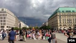 Berlin Brandenburq qapıları önündə meydan
