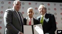 De izquierda a derecha, Victor Montagliani, presidente de la Federación de Fútbol Canadiense, Sunil Gulati, presidente de la Federación de Fútbol de Estados Unidos y Decio de Maria, presidente de la Federación de Fútbol de México.