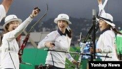7일 브라질 리우데자네이루 삼보드로모 경기장에서 열린 올림픽 여자양궁 단체전 결승에서 최미선, 기보배, 장혜진(왼쪽부터)이 금메달을 확정 짓고 환호하고 있다.