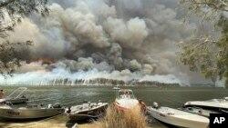 دود غلیظ ناشی از آتش سوزی در جنگل های استرالیا - ۲ ژانویه ۲۰۲۰