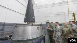 美軍高級官員2016年11月2日參觀洲際核導彈運載裝備 (美國軍方照片)