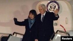 美国副总统彭斯和妻子抵达日本东京的横田空军基地(2018年2月6日)