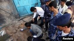 Cảnh sát đang kiểm tra hiện trường vụ nổ bom ở Sanaa, 6/7/2013. REUTERS/Mohamed al-Sayaghi