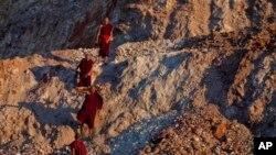 Các nhà sư Phật giáo biểu tình đi bộ từ mỏ đồng Lerpadaung tới thị trấn tây bắc Monywa ở Miến Ðiện.