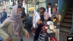 طالبان پس از تصرف شهر کندز دفاتر دولتی و غیردولتی را تاراج کردند.
