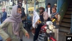 Pejuang Taliban mengendarai sepeda motor di kota Kunduz, Afghanistan utara hari Selasa (29/9).