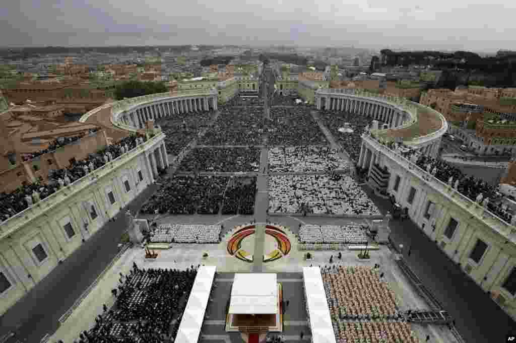 Casi un millón de personas abarratoron la Plaza de San Pedro y sus alrededores.