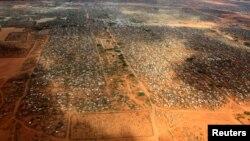FILE - Makao ya wakimbizi ya Dagahaley katika kambi ya Dadaab, karibu na mpaka wa Kenya na Somalia.