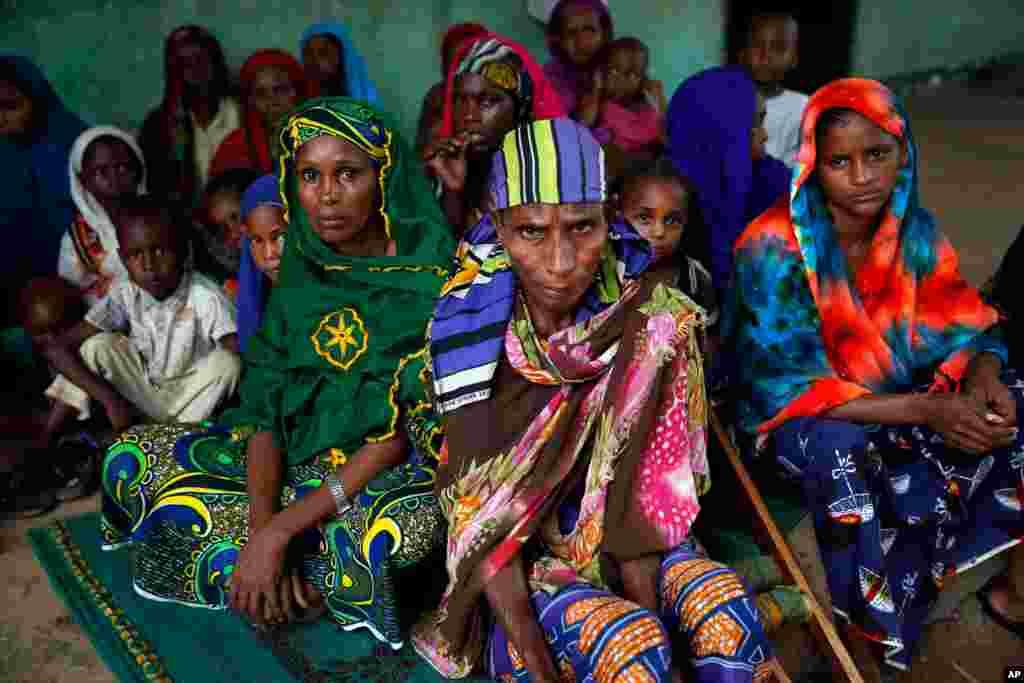 Phụ nữ Peul ngồi trong một căn nhà đối diện nhà thờ Hồi giáo Nour nơi họ ẩn náu ở Bangui, Cộng hòa Trung Phi. Giới chức cứu trợ cho biết hơn 500 người đã thiệt mạng trong tuần qua vì bạo động giáo phái.
