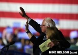 Santa Monica, California'daki konuşmasında eşi Jane'e sarılan Bernie Sanders