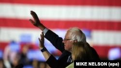 Bernie Sanders saluant ses partisans en compagnie de son épouse Jane, Aéroport de Santa Monica, Californie, le 7 juin 2016. (epa / MIKE NELSON)