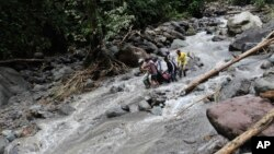 Lực lượng cứu hộ khiêng thi thể nạn nhân tại thác nước Dua Warna ở phỉa Bắc Sumatra, Indonesia, ngày 16/5/2016.