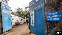 Un soldat ferme la porte d'un bataillon de casques bleus de la Mission de stabilisation de l'Organisation des Nations Unies en République démocratique du Congo (MONUSCO) à Goma, le 8 novembre 2016.