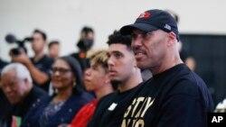 拉瓦尔·鲍尔(右)和二儿子里安吉洛·鲍尔在洛杉矶湖人队的记者会上听大儿子隆佐·鲍尔的讲话。(2017年6月23日)