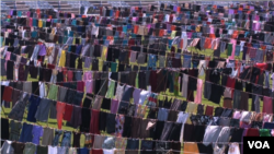 Ratusan rok dalam instalasi seni untuk menarik perhatian kepada korban perkosaan pada perang Kosovo, di Pristina, Ibu Kota Kosovo, 12 Juni 2015. (Foto: VOA)