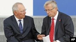 Le ministre des Finances allemand Wolfgang Schäuble (G) et le président de la Commission Européenne Jean-Claude Juncker. (Photo AP)