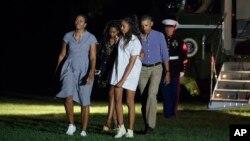 Tổng thống Barack Obama cùng gia đình trở về Nhà Trắng sau kỳ nghỉ 16 ngày ở Martha's Vineyard, ngày 21/8/2016.