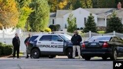 Polisi melakukan penjagaan di rumah mantan Menlu AS Hillary Clinton dan Presiden Bill Clinton di Chappaqua, negara bagian New York hari Rabu (24/10).