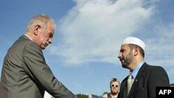 Пастор Терри Джонс и имам Мухаммад Мусри из Исламского общества центральной Флориды обмениваются рукопожатиями.