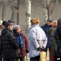 聚集在天坛公园找对象的老人们