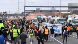 Pekerja konstruksi dan aktivis sayap kanan memprotes pembatasan COVID-19 di West Gate Freeway di Melbourne, Australia, 21 September 2021. (Foto: AAP Image/James Ross via REUTERS)
