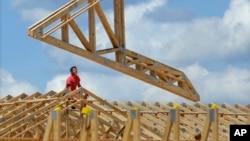 美国工人修建商业建筑群(2014年7月)