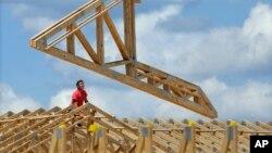 Công nhân xây dựng xây dựng một tổ hợp thương mại tại Springfield, Illinois.