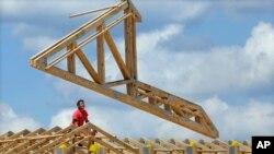 美国建筑工人修建商业楼