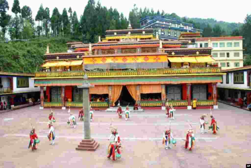 落成於1966年的隆德寺,是印度錫金邦完全依照西藏傳統興建的寺院,成為此後在印度興建藏傳佛教寺院的典範。