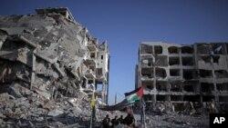 Gazze'nin Beyt Lahiya kasabasında evi ve dükkanı yıkılan bir Filistinli kurduğu bir çadırda otururken