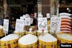 کراچی کی ایک مارکیٹ میں چاول فروخت کے لیے رکھا ہے۔